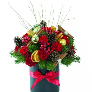 Χριστουγεννιάτικη σύνθεση λουλουδιών σε καλάθι