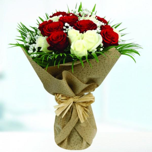 Μπουκέτο με κόκκινα & λευκά τριαντάφυλλα