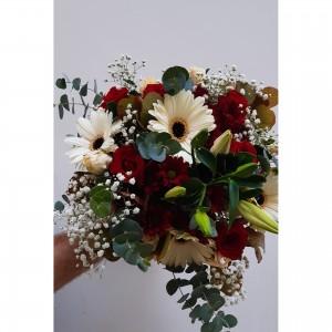 Κλασική ανθοδέσμη με λουλούδια εποχής