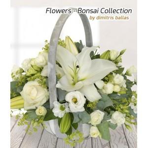 Καλάθι με λευκά άνθη εποχής