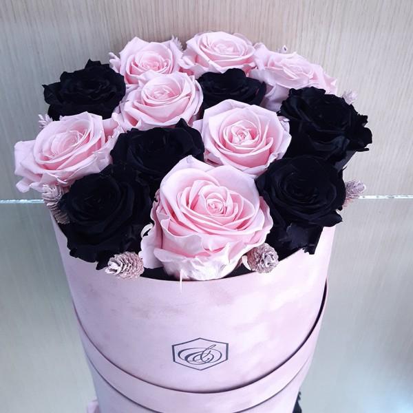 Στρογγυλό βελούδινο κουτί με forever roses μαύρα & ροζ