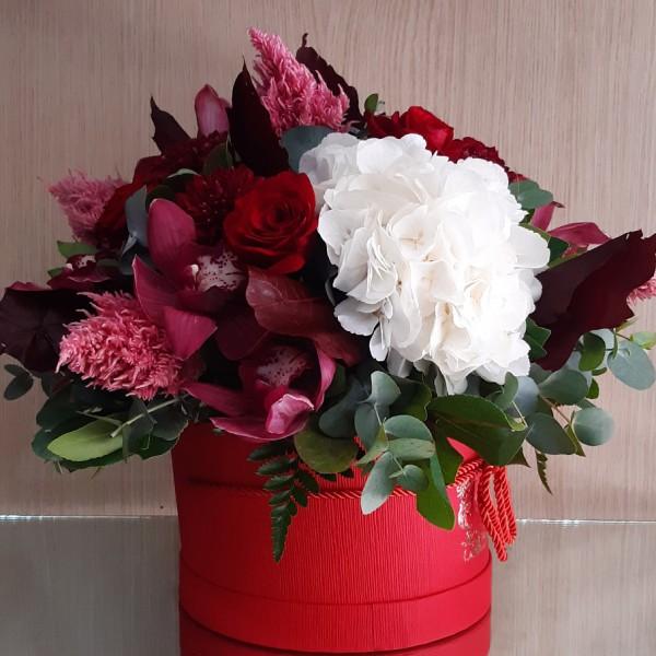 Στρογγυλό κόκκινο κουτί με λουλούδια εποχής