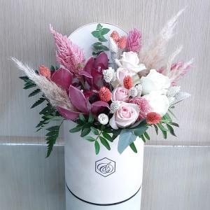 Στρογγυλό βελούδινο κουτί με λουλούδια σε ροζ αποχρώσεις