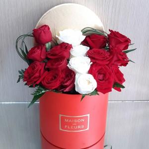 Κουτί με κόκκινα & λευκά τριαντάφυλλα