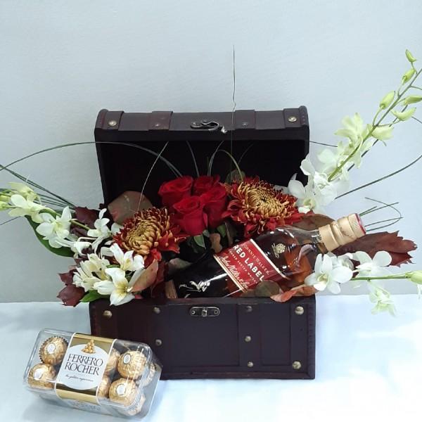 Καλάθι με ουίσκι & λουλούδια