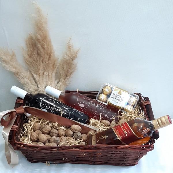 Καλάθι με  καρύδια, ουίσκι & κρασιά