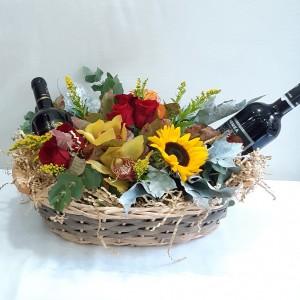 Καλάθι με κρασιά & λουλούδια