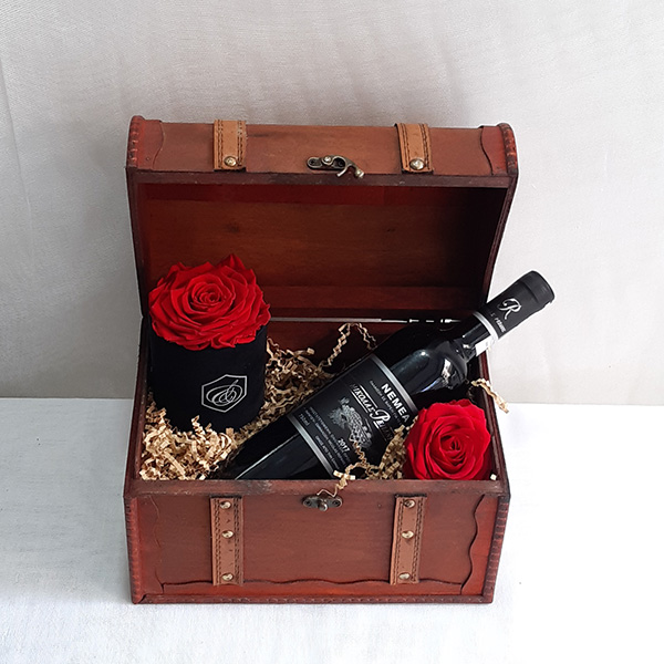 Μπαούλο με κρασί και τριαντάφυλλα