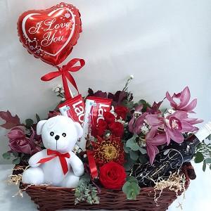 Ρομαντικό καλάθι με κρασί, σοκολάτες & λουλούδια