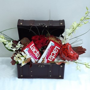 Ρομαντικό μπαουλάκι με σοκολάτες & λουλούδια
