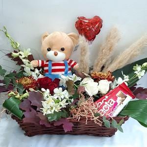 Ρομαντικό καλάθι με σοκολάτες & λουλούδια