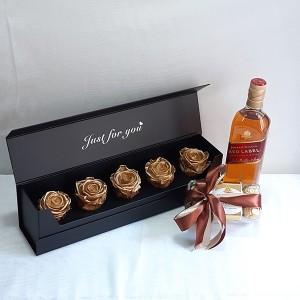 Κασετίνα με χρυσά forever roses, ουίσκι & σοκολατάκια