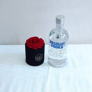 Κασετίνα με κόκκινo forever roses & Absolut Vodka
