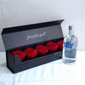 Κασετίνα με κόκκινα forever roses & Absolut Vodka